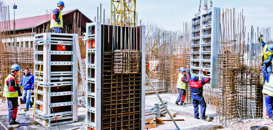 Опалубка колонн на стройплощадке